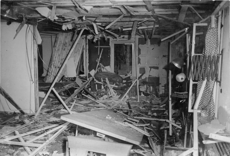 Bundesarchiv_Bild_146-1972-025-12,_Zerstörte_Lagerbaracke_nach_dem_20._Juli_1944