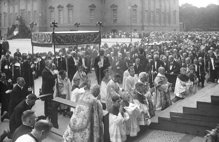 Bundesarchiv_Bild_102-06039,_Berlin,_Fronleichnam-Prozession