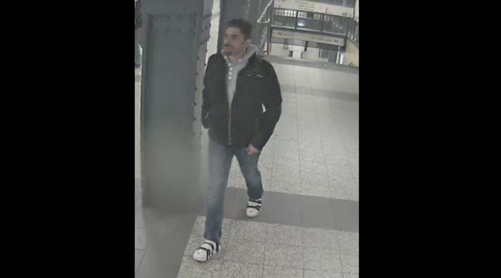 Polizei Berlin: Dieser Mann soll einen 40-jährigen Mann vergewaltigt haben