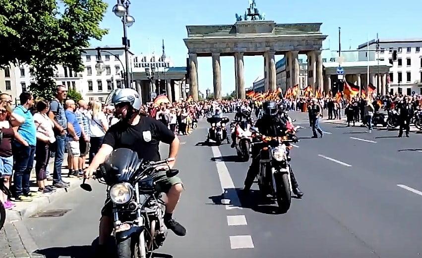 """""""Biker für Deutschland"""" demonstrieren in Berlin – """"Antifa"""" versteckt sich"""