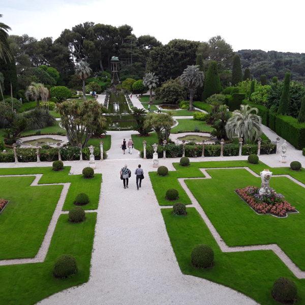 Villa Rothschild: Der Garten vom Haus aus