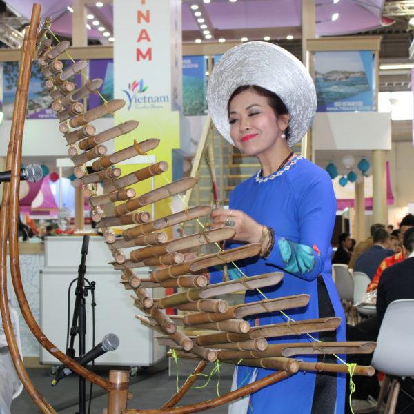 traditionelle Musikerin aus Vietnam