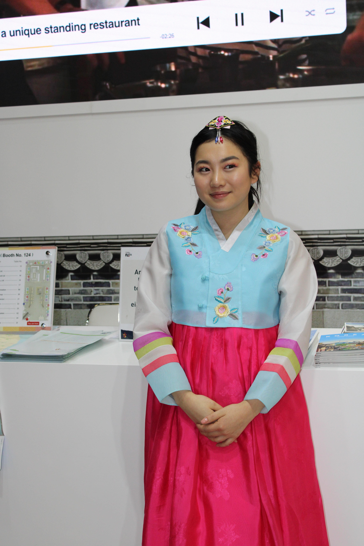 Wunderschöne koreanische Tracht mit dem typischen, weiten Unterteil