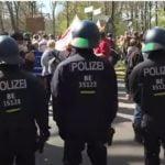Corona-Maßnahmen: Würde die Polizei im Befehlsfall auf Mitbürger schießen? (Umfrage)